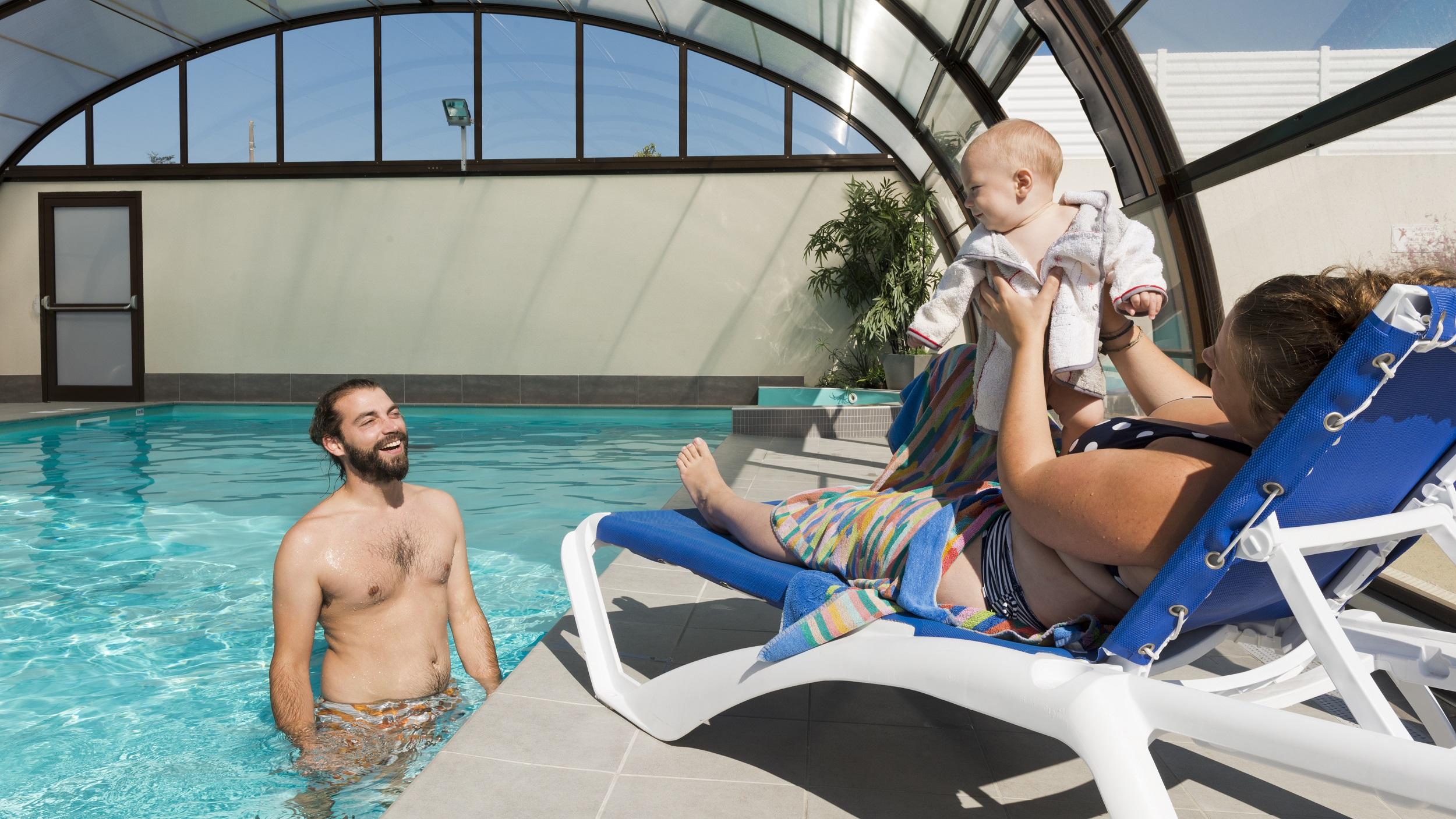 La piscine couverte et chauffée au Camping L'EDEN camping pas cher Bretignolles sur mer