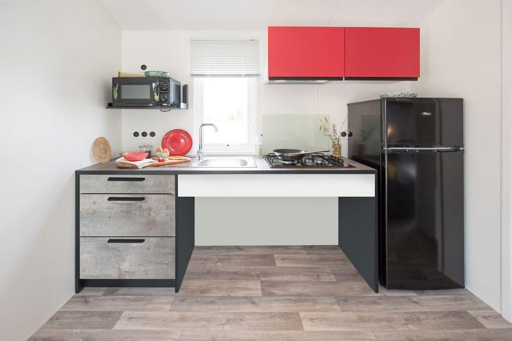 Espace cuisine de la location mobil-home PMR du Camping L'Eden à Brétignolles