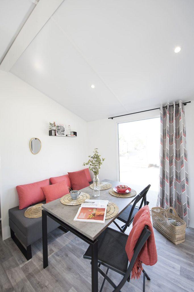 Espace salon de la location mobil-home PMR au Camping L'Eden à Brétignolles