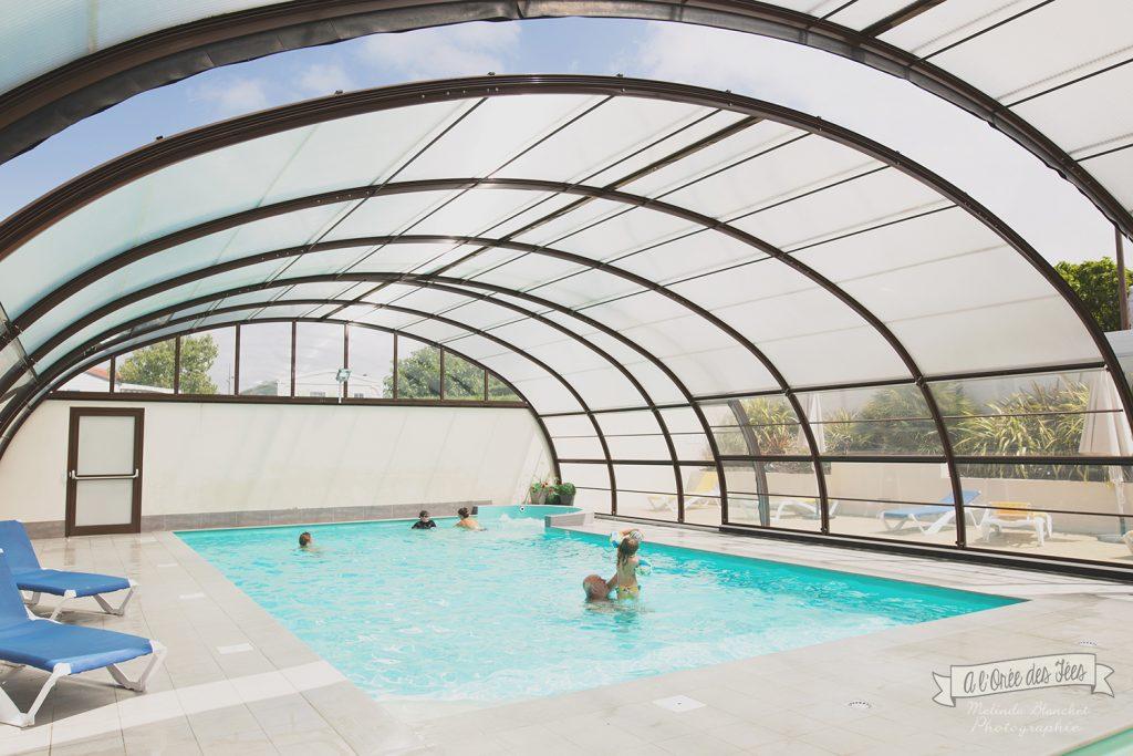 La piscine couverte et chauffée d'un petit camping à Brétignolles sur Mer